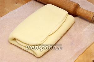После всех манипуляций слоёное тесто вынимаем из холодильника и раскатываем последний раз, толщиной порядка 5 мм.