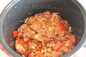 Смешаем мясо с овощами в чашке мультиварки, добавим соль, перец молотый, специи.