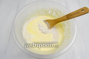 Добавить частями просеянную муку с ванилином, аккуратно вмешивая.