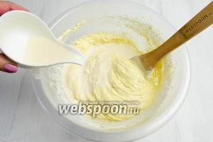 Влить сливки, перемешивая получившуюся массу.
