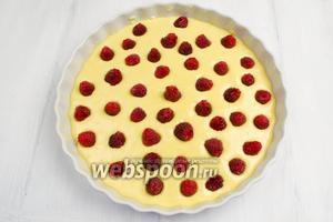 Разложить по всей поверхности пирога ягоды малины. Поставить в горячую духовку. Выпекать пирог в течение 40 минут при температуре 190°C.