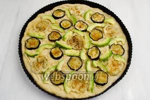 Авокадо очистить. Нарезать небольшими ломтиками. Распределить их по всей поверхности между баклажанами. Поставить форму в горячую духовку. Выпекать пиццу в течение 20 минут при температуре 200°C.