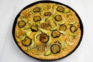 Готовую пиццу вынуть из духовки. Подавать к обеду или на перекус.