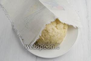 Чтобы тесто было податливым, пусть полежит минут 20-30 под салфеткой.