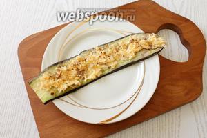 Посыпаем начинку обжаренными и измельчёнными грецкими орехами.