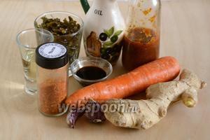 Подготовьте необходимые ингредиенты для приготовления закуски: морскую капусту, сырую морковь, соус чили, чеснок, имбирь, хлопья чили, растительное масло, соевый соус и винный уксус. При желании количество  чили можно уменьшить или увеличить по вкусу.