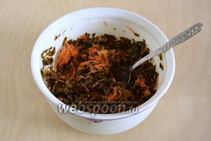 Заправьте капусту и морковь полученным чили-маслом, перемешайте и дайте настояться в холодильнике 2-3 часа.