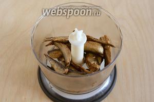 В чашу блендера выложите шпроты. Если шпроты качественные, то в них не должно быть много масла, поэтому из банки ничего сливать не нужно.