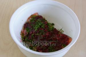 Ягоды раздавите в ступке, перемешайте с измельчённым укропом и выложите на рыбу.