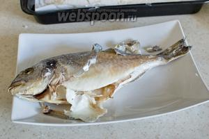 Если вы не почистили рыбу от чешуи, то кожица легко очистится. Готово.