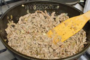 На растительном масле обжарьте слегка лук, затем добавьте фарш и продолжайте готовить до готовности фарша, посолите, поперчите по вкусу.