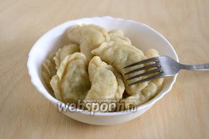 Вареники с сырой картошкой готовы. Подавайте их горячими со сметаной или сливочным маслом.