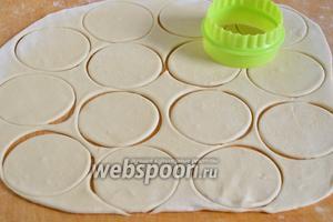 Раскатайте тесто в пласты толщиной 0,2-0,3 см. и вырежьте круглые заготовки для вареников.