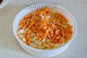Морковь, картофель порежьте небольшими кубиками. Отправьте готовиться на пару в течение 15-20 минут.