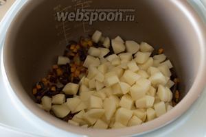 Затем добавьте порезанный на кусочки картофель.
