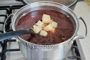 Затем добавьте порезанный картофель.
