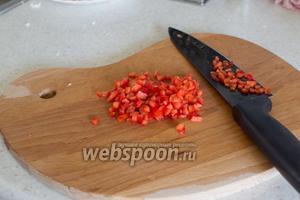 Болгарский перец порежьте кубиками.