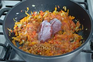 На отдельной сковороде с растительным маслом пассеруйте лук, сельдерей, перец и морковь. Добавьте томатную пасту (у меня замороженная) и протёртый помидор без кожицы.
