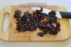 Чернослив хорошо промываем, сушим салфеткой и нарезаем на кусочки.
