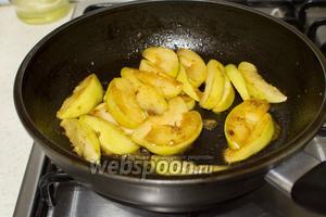 Когда сахар начнёт карамелизоваться положите нарезанные дольками яблоки. Приправьте солью, перцем и тушите минут 8-10. За 2-3 минуты до готовности, добавьте уксус и дайте ему выпариться.