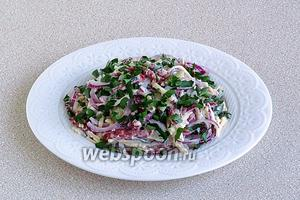 При подаче посыпать салат измельчённой зеленью петрушки.