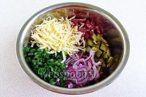 Соединить в миске репчатый и зелёный лук, сыр, колбасу и огурцы.
