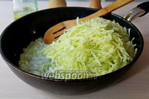 Нарезанный лук спассеровать на растительном масле 2 минуты, добавить натертый кабачок и тушить 15 минут, помешивая.