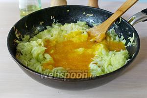 К тушёным кабачкам добавить пюре из алычи, перемешать.