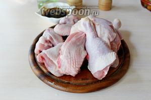Курицу разделать на порционные куски.
