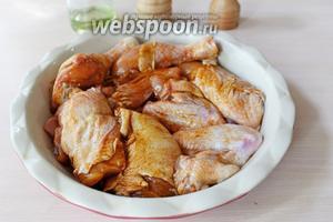 Выложить замаринованную курицу в форму для выпечки.