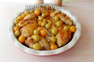 Курица готова!!! Можно подавать!!! Очень вкусным стал и виноград, и слива, пропитавшись соком и ароматами курицы!