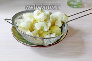 Цветную капусту разобрать на соцветия и отварить в кипящей подсоленной воде 5 минут, затем откинуть на сито, чтобы стекла лишняя жидкость.