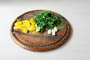 Зелень петрушки порубить. С лимона снять цедру. Приготовить очищенные зубчики чеснока.