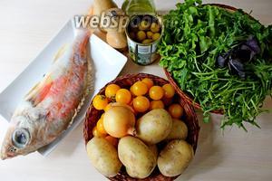 Приготовим все ингредиенты: рыбу, картофель, салат, рукколу, оливки, черри, соль, перец, оливковое масло.