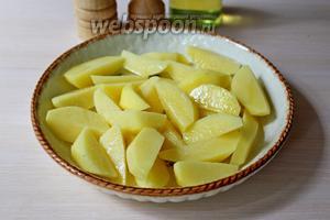 Картофель очистить и нарезать дольками, выложить в форму, полить небольшим количеством масла, присолить и запечь до готовности (180°С), минут 30.
