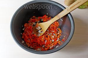 В чаше мультиварки обжарить, с открытой крышкой, 10 минут подготовленные овощи.