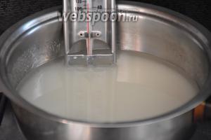 Сахар насыпать в сотейник с толстым дном, залить водой и поставить на огонь.