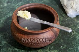 Кипятим воду в воке (или в широкой кастрюле). В горшочек (макитру) с крышкой кладём кусочек сливочного масла.