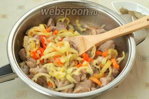 Затем добавить в сковороду нарезанный перец.