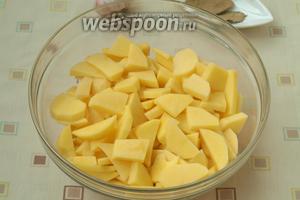 Нарезать ломтиками картофель.