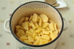 Выложить картофель в кастрюлю, залить водой так, чтоб она не покрывала картофель полностью, то есть не доходила до верха на 2 сантиметра. Кастрюлю накрыть крышкой и поставить на огонь, когда закипит, огонь уменьшить, картофель перемешать и варить почти до готовности.