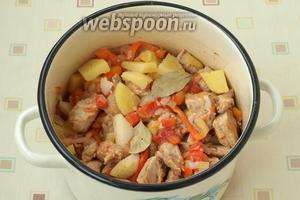 Часть воды из кастрюли слить, картофель посолить и добавить соус из индейки с овощами. Добавить в кастрюлю лавровый лист, перец и тушить картофель в соусе 15 минут.