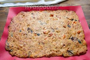 Выпекать 15-20 минут (зависит от толщины слоя). Пирог должен стать упругим и слегка зарумяниться.