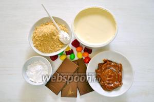 Приготовим продукты: песочная крошка, варёная сгущёнка, шоколад, мягкий сливочный сыр, сахарная пудра, ванильный сахар и для украшения конфеты M&M's, фруктовый мармелад.