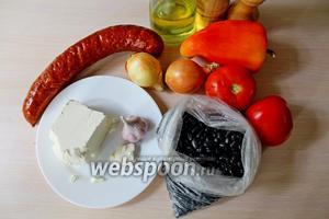 Приготовим все ингредиенты, такие как: фасоль чёрная сухая, помидоры свежие, перец сладкий и острый, лук, чеснок, масло оливковое, соль, колбаска, сыр Фета.