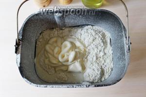 Для ирогов я приготовила своё любимое дрожжевое тесто на майонезе. Замес делала в хлебопечке. Для этого поместить в ведёрко все ингредиенты в нужном порядке, установить ведерко в хлебопечь, установить режим «Дрожжевое тесто» и готовить до сигнала. У меня время замеса длится 2 часа 20 минут.