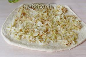 Ровным слоем выложить начинку из капусты.
