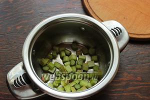 Ревень почистить, порезать. Сложить в кастрюльку, добавить 2 ложки воды, готовить около 4-5 минут до мягкости.