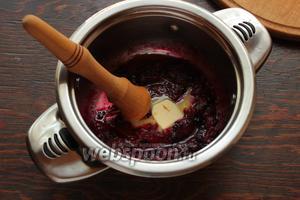 Добавить чернику, сок лимона, сахар по вкусу. Готовить ещё 1-2 минутки, раздавливая некоторые ягодки черники. В конце ввести сливочное масло («затянуть» наш топпинг).