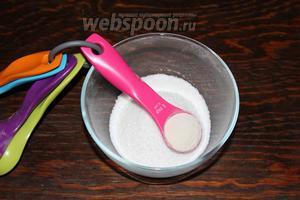 Тщательно смешать пектин с сахаром. И тонкой струйкой, интенсивно мешая, всыпать к конфитюру.